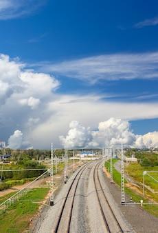 Пейзаж железнодорожных путей на фоне неба