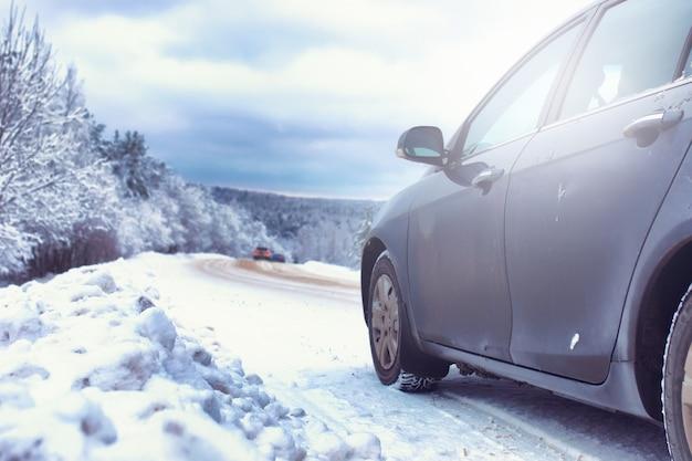 雪に覆われた荒野のある冬の森の風景道路