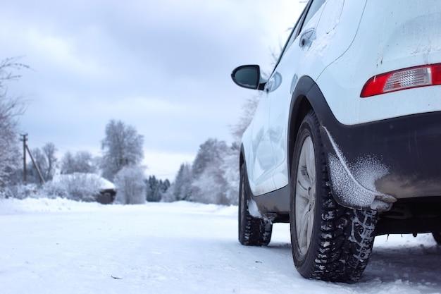 雪に覆われた荒野のある冬の森のランドスケープロード