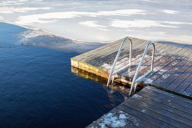 Colpo di paesaggio di una piscina di ghiaccio naturale in svezia
