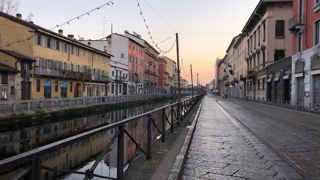 이탈리아 밀라노의 navigli 지구에있는 운하에있는 건물의 풍경 샷