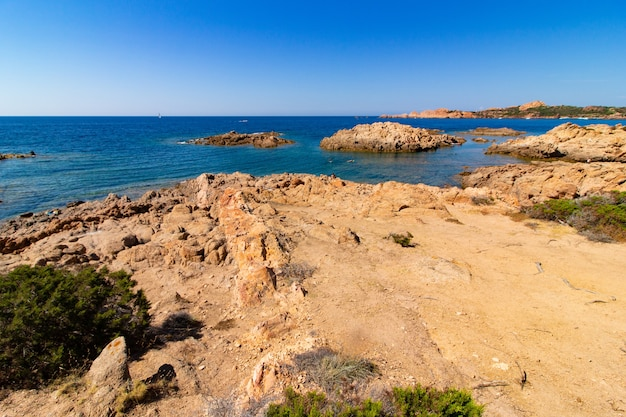 Colpo di paesaggio di una spiaggia con un cielo blu chiaro