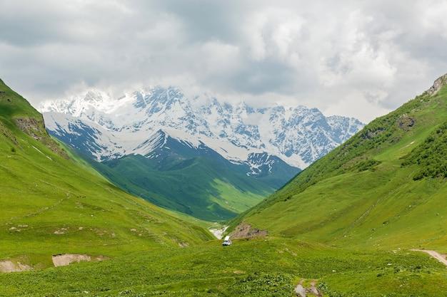 조지아주 메스티아 마을 근처의 여름 풍경과 눈 덮인 산봉우리