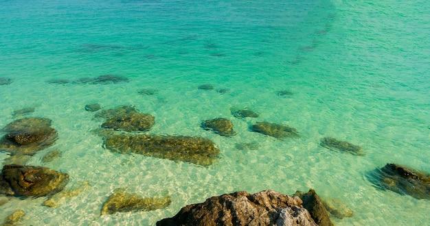 Пейзаж летних пляжей с красивыми скалами и морем изумрудно-зеленого