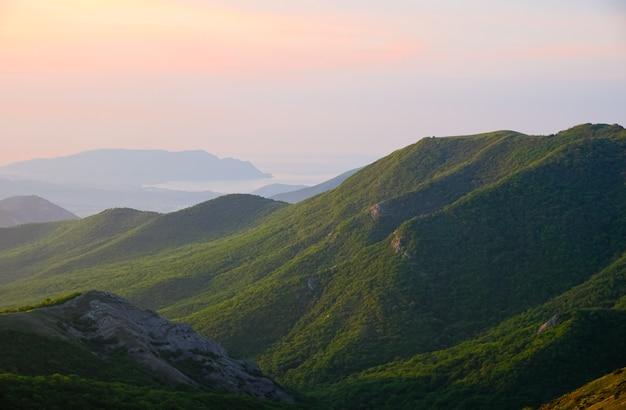 風景、山に対して空の日の出、日の出中の山脈