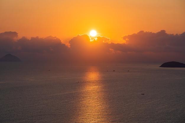 Пейзаж восхода солнца на мысе хон чонг, нячанг