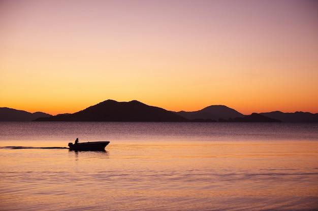Пейзаж. закат над горами и морем