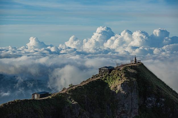 Пейзаж. храм в облаках на вершине вулкана батур. бали индонезия