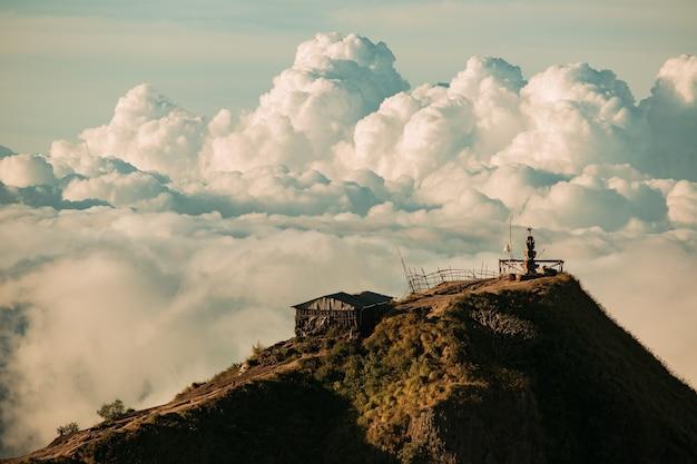 風景。バトゥール火山の頂上にある雲の中の寺院。バリ島インドネシア