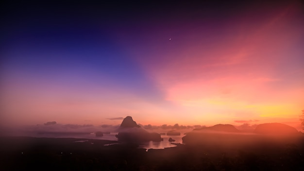 Ночной вид на известняковую площадку самет-нангчи и достопримечательность провинции пхангнга, таиланд