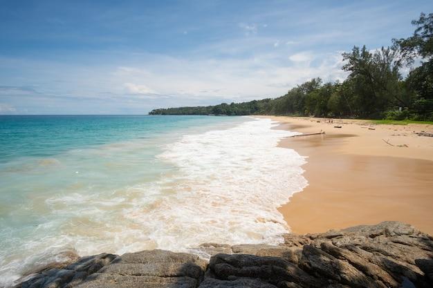 Пейзаж вид на пляж на море летом