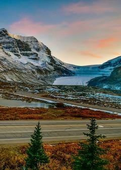 カナダのジャスパー国立公園のアサバスカ氷河の景観