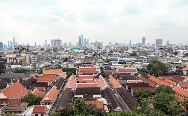 Пейзажный вид на бангкок, таиланд с буддийским храмом и городским городом сверху