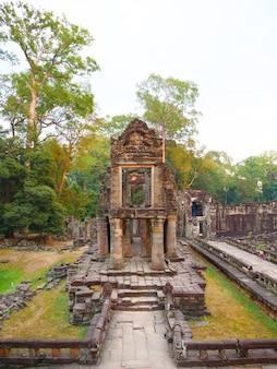 Ландшафтный вид разрушенной каменной архитектуры в комплексе ангкор-ват храма преах хан, сием рип, камбоджа. популярная туристическая достопримечательность, расположенная среди тропических лесов.