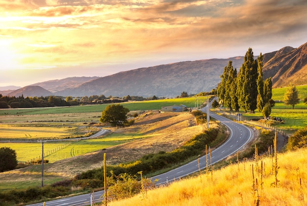 Пейзажный вид на горную долину на рассвете, новая зеландия