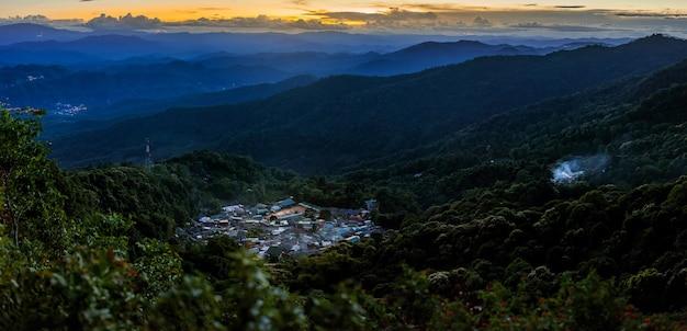 일몰 하늘 치앙마이 태국에서 도이 푸이 산에 산 마을의 풍경보기