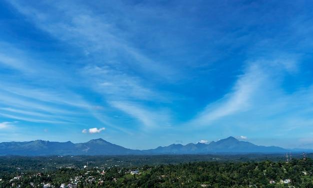 Пейзажный вид на небо над деревней