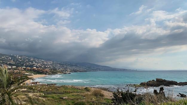 レバノン北部のビブロス市ジュベイルの遺跡からのビーチの風景。 Premium写真
