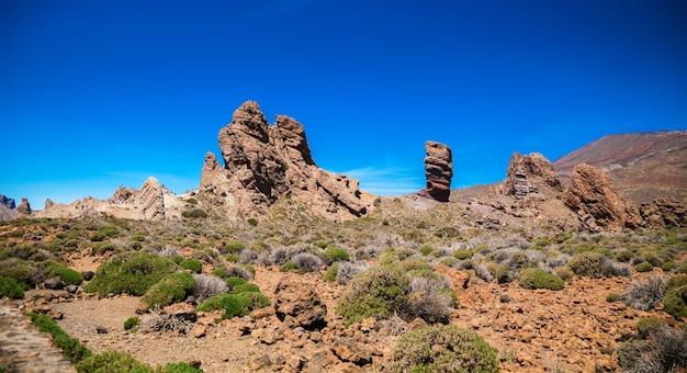 Пейзажный вид на известную скалу роке синчадо, тенерифе, испания