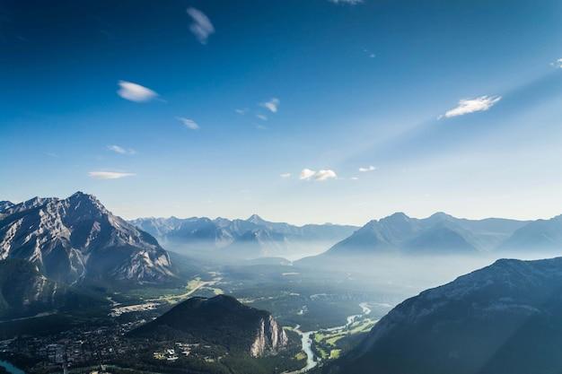 カナダ、アルバータ州、バンフ国立公園の野原と山々の風景