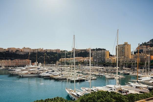 Пейзажный вид на залив с роскошными яхтами на французской ривьере в монте-карло в монако.