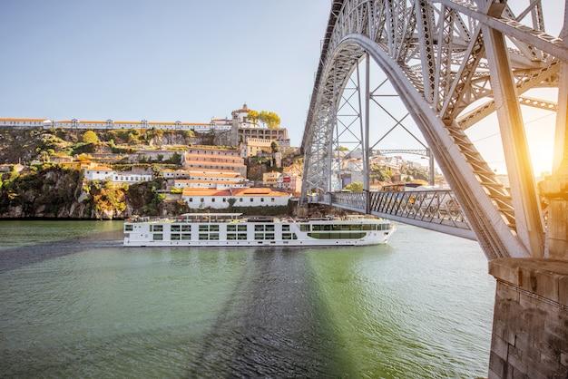 Пейзажный вид на реку дору со знаменитым мостом луиша в городе порту, португалия