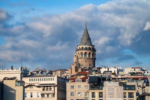 Пейзажный вид на галатскую башню под голубым осенним небом