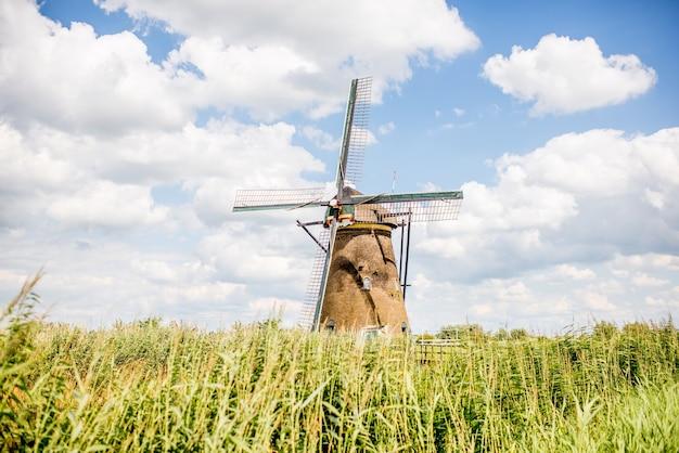 네덜란드 킨더다이크 마을에 있는 오래된 풍차의 풍경