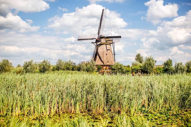 네덜란드 킨더다이크 마을의 화창한 날씨에 오래된 풍차의 풍경