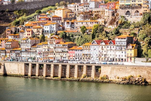 Пейзажный вид на берегу реки с красивыми старыми зданиями в городе порту, португалия