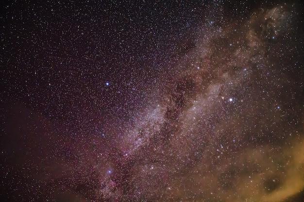 Пейзаж с галактикой млечный путь и звездой миллон на небе в ночное время