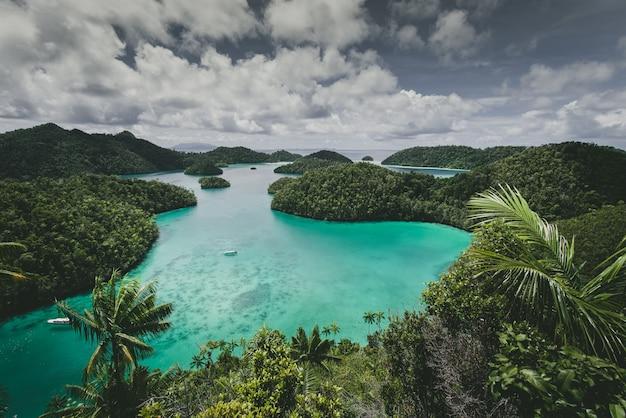 Paesaggio dell'isola di wajag circondata dal mare sotto un cielo nuvoloso in indonesia