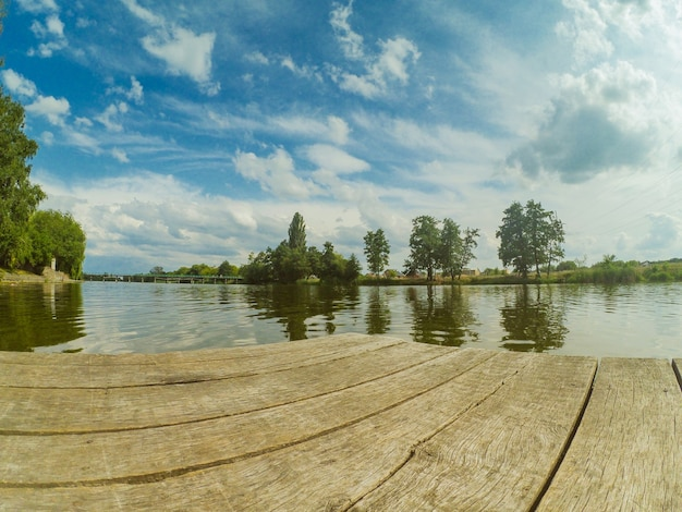 풍경 물 강 호수 계류 표면 거울 하늘을 반영합니다. 광각 액션캠 고프로.