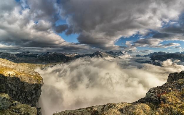 Пейзаж с красивым норвежским фьордом эйкесдален ранним утром, с облачным пейзажем.