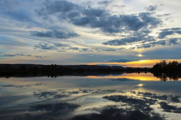 Пейзаж с видом на закат над озером