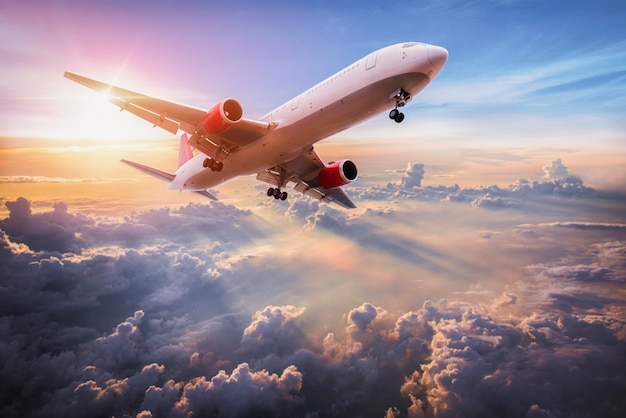 항공기가 있는 풍경이 푸른 하늘의 구름 위를 날고 있다
