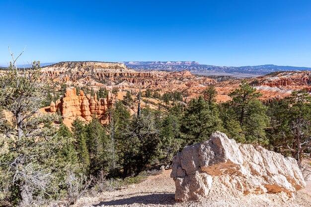Пейзаж с удивительными образованиями песчаника в живописном национальном парке брайс-каньон в солнечный день. юта, сша