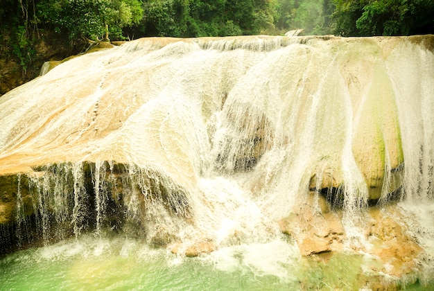 Пейзаж с удивительным водопадом агуа азул чьяпас паленке мексика