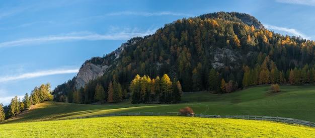 Пейзаж с осенним видом на доломиты в всемирно известной альпийской деревне
