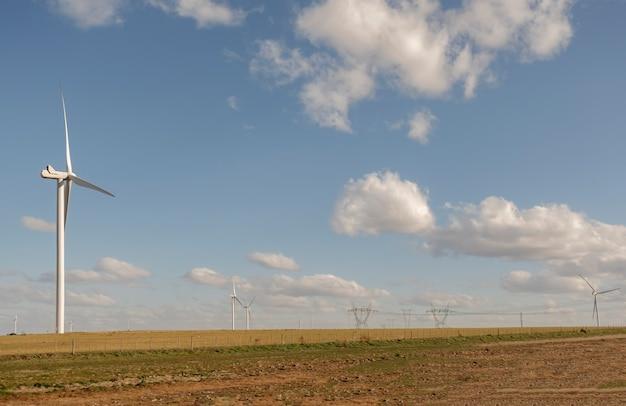 청정 에너지 생성 풍차가 있는 풍경.