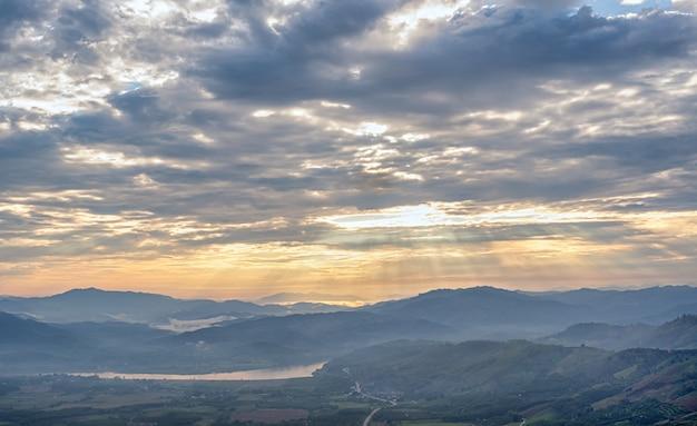 タイ北部の雲、空、山々のある風景。雲の切れ間から朝日を浴びてアジアの山々。