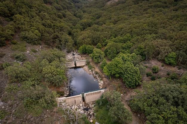 Garganta bonal extremadura spain의 댐이 있는 풍경