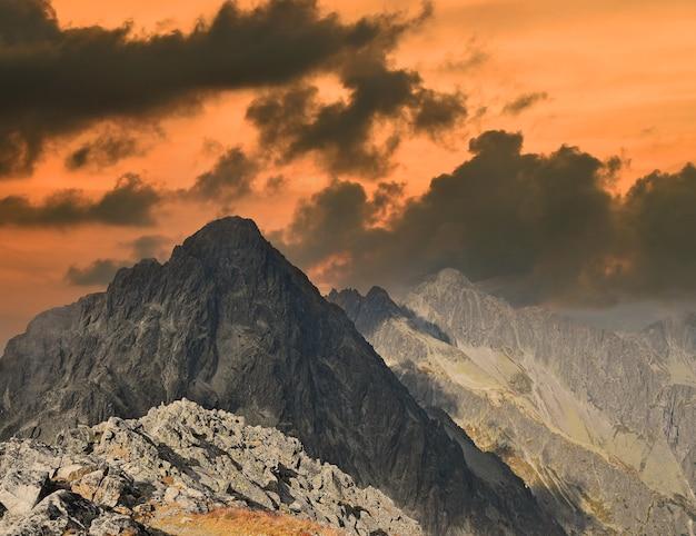 일몰 시간에 어두운 바위 산 능선이 있는 풍경, 하이 타트라 산맥