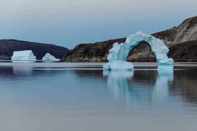 夏にグリーンランドの氷山のある風景します。