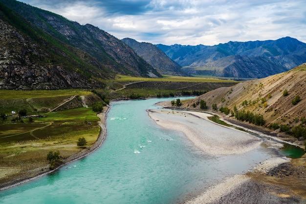 秋のアルタイ山脈のカトゥニ川のある風景。ロシア