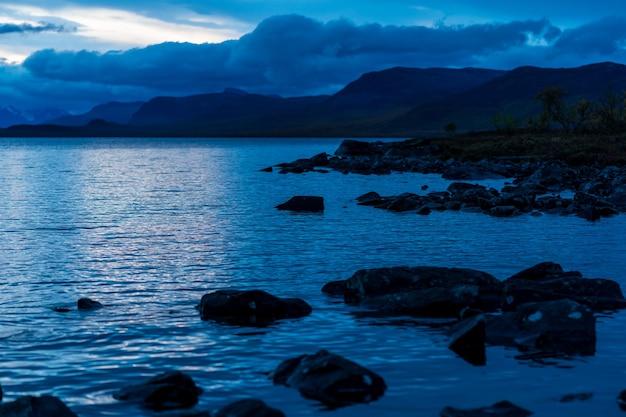 背景に劇的な空と湖と山の風景