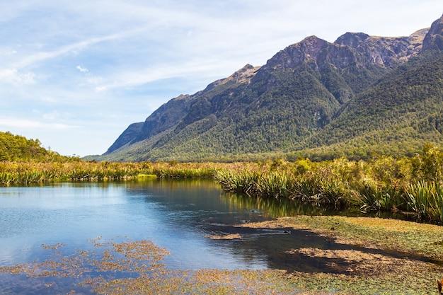 Пейзаж с зеркалом озера и скала над ним