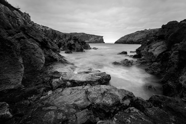 Cue asturias spain 해안에 긴 노출이 있는 풍경