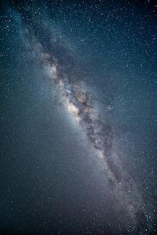 Пейзаж с галактикой млечный путь. ночное небо со звездами. фотография с длинной выдержкой.
