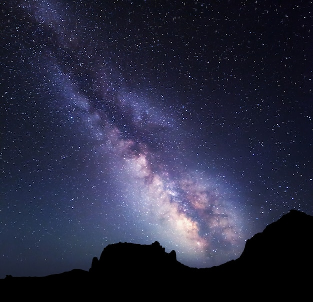 Пейзаж с млечным путем. ночное небо со звездами в горах